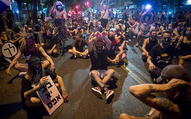 تصویر: معترضان حین تظاهرات علیه بنیامین نتانیاهو نخست وزیر در ۳۰ سپتامبر ۲۰۲۰، خیابانی را مسدود کرده اند.  (Miriam Alster/Flash90)