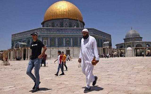 مصلون من الفلسطينيين والعرب في باحة الحرم القدسي   May 28, 2021. (Photo by AHMAD GHARABLI / AFP)