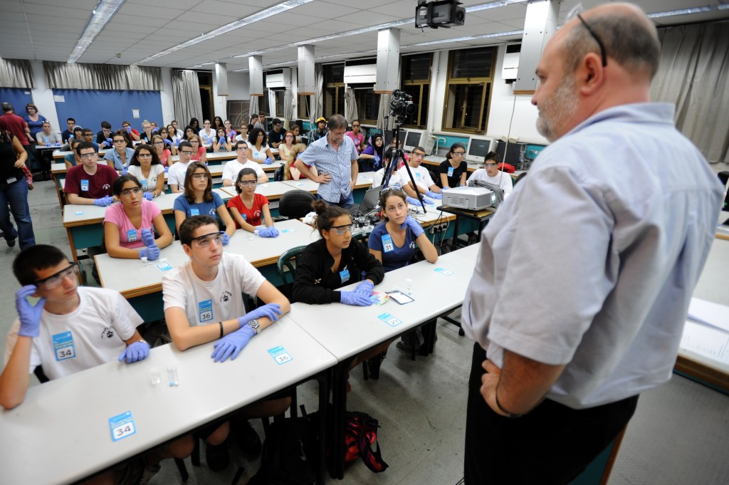 Lagging behind the pack? Israeli youth participate a mass chemistry experiment in Tel-Aviv University (photo credit: Gili Yaari/Flash90)