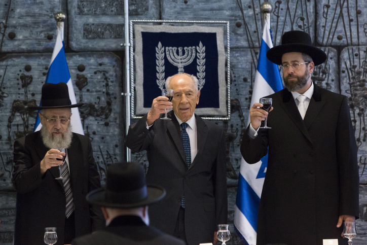 President Shimon Peres raises a toast at the Presidential Residence in Jerusalem, on August 14, 2013. (photo credit: Yonatan Sindel/Flash90)