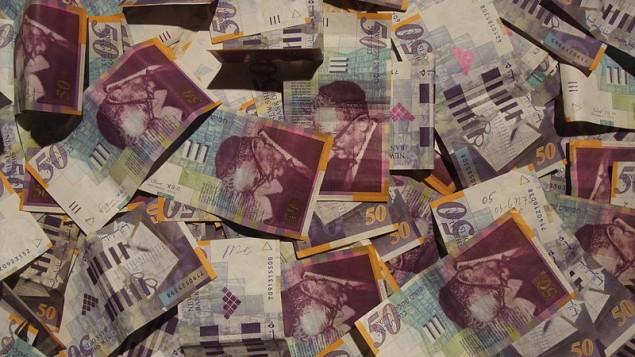 Des billets de 50 shekels, monnaie nationale israélienne (Crédit : CC BY Amos Ron/Wikimedia Commons)