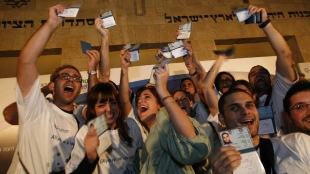 De jeunes juifs français qui viennent de faire leur alyah (Crédit : Miriam Alster/Flash 90)