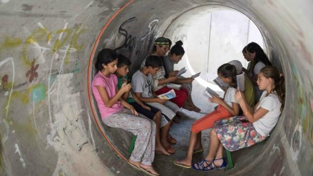 Des habitants de Nitzan en train de patienter dans un abri (Crédit : Hadas Parush/Flash90)