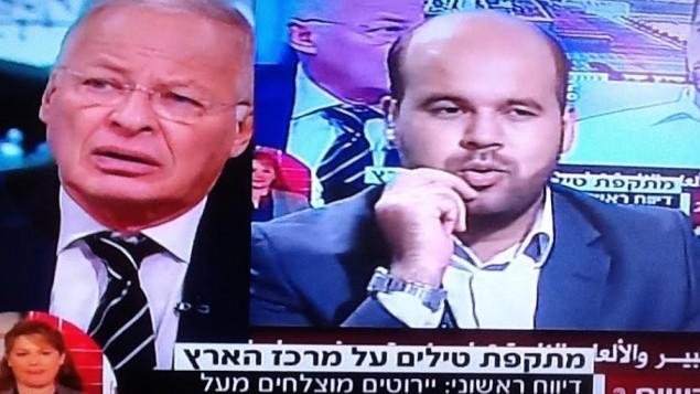 Ehud Yaari (gauche) parle au présentateur de Al Aqsa TV en direct (Crédit : capture d'écran Deuxième chaîne)