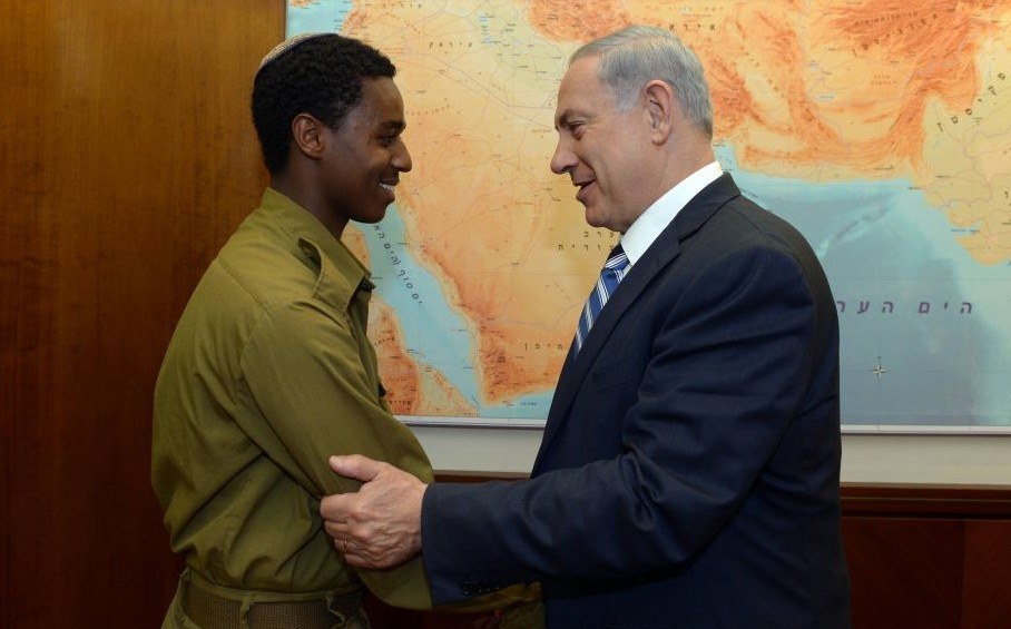 Prime Minister Benjamin Netanyahu meets with Damas Pakada, the Israeli Ethiopian soldier who was assaulted by police officers last week, at the Prime Minister's Office in Jerusalem, May 4, 2015. (photo credit: Haim Zach/GPO)