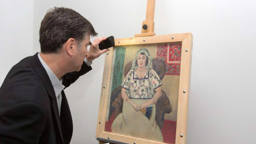 """Esta foto folleto publicado por Arte Recuperación muestra Christopher Marinello, abogado que representa a los herederos de Paul Rosenberg, mirando de Henri Matisse 'Femme Assise' pintura (""""Mujer asentada"""") el 15 de mayo de 2015, de Múnich, RECUPERACIÓN Alemania (AFP PHOTO / ARTE / WOLF HEIDER-Sawall)"""