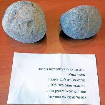 The ballista balls and the accompanying note left at the Museum of Islamic and Near Eastern Cultures. (Dalia Manor)