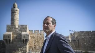 Le maire de Jérusalem, Nir Barkat, au sommet du musée de la Tour de David, le 14 avril 2015 (Crédit : Hadas Parush/Flash90)
