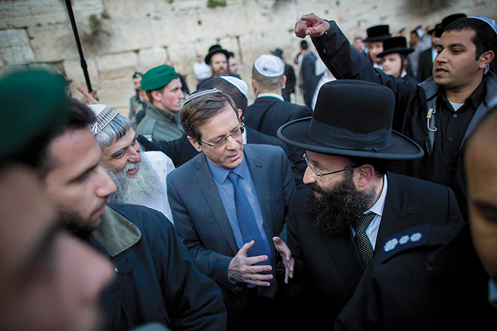 Zionist Union leader Isaac Herzog at the Western Wall in Jerusalem. (Flash90)