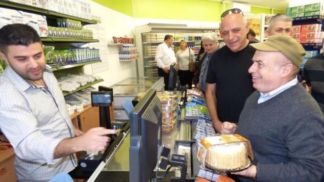 Le président de l'agence juive, Natan Sharansky, dans le nouveau magasin Tzarchaniyat Ha'Ir (CityMart) à Sderot, le 21 décembre 2015. (Crédit : David Shechter pour l'agence juive)