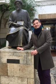 Haim Casas devant la statue de Maimonide à Cordoue, en Espagne. (autorisation)