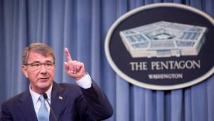 Le secrétaire à la Défense américain Ashton Carter au cours d'une conférence de presse au Pentagone à Arlington, Virginie, le 30 juin 2016. (Crédit : Allison Shelley/Getty Images/AFP)