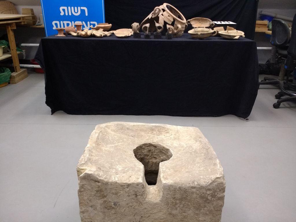 """مرحاض """"رمزي"""" من القرن الثامن قبل الميلاد تم العثور عليه في لخيش خلال عمليات التنقيب الأثرية لعام 2016 التي يقوم بإجرائها علماء آثار من سلطة الآثار الإسرائيلية. (Ilan Ben Zion/Times of Israel staff)"""