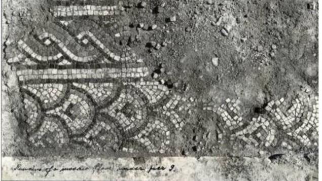 Une mosaïque de l'époque byzantine découverte sous le niveau de la mosquée omeyyade du Dôme du Rocher en 1937 par R.K. Hamilton, directeur du département des antiquités du Mandat britannique. (Crédit : archives des Autorités israéliennes des Antiquités)