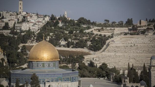 Le Dôme du Rocher, sur le mont du Temple, dans la Vieille Ville de Jérusalem, devant le mont des Oliviers, le 29 septembre 2015. (Crédit : Hadas Parush/Flash90)