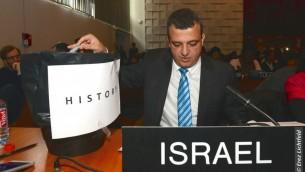 المبعوث الإسرائيلي الى اليونسكو كرمل شاما هكوهن يرمي نسخة من مشروع القرار في سلة قمامة، 26 اكتوبر 2016 (Erez Lichtfeld)