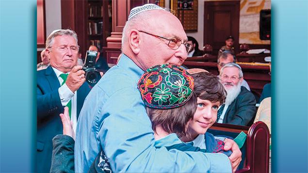 Ephraim Lapid hugs the children of Yanush Ben Gal in Kazan on Sept. 4, 2016. (Limmud FSU)