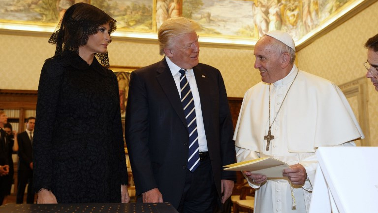 Pope Francis (R) exchanges gifts with US President Donald Trump and US First Lady Melania Trump during a private audience at the Vatican on May 24, 2017. (Evan Vucci / POOL / AFP)