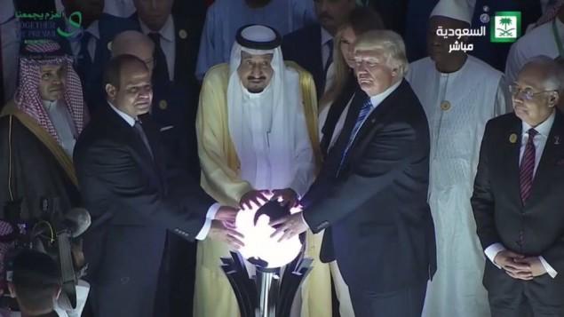 ترامب والكرة المتوهجة في السعودية يثيران السخرية والميمات | تايمز أوف  إسرائيل